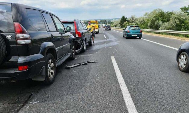 Több autó ütközött Érdnél az M7-esen, torlódik a forgalom
