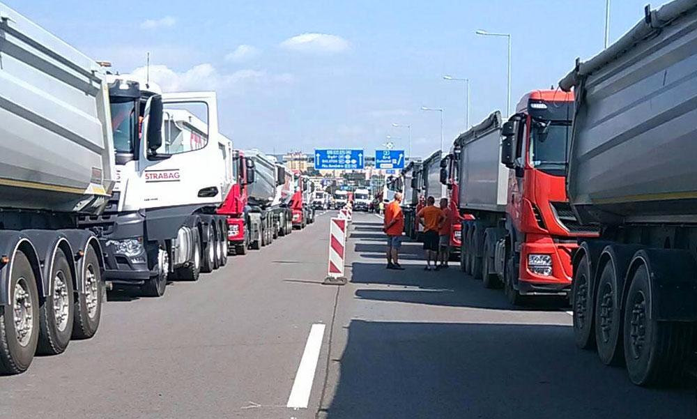 Rengeteg megpakolt teherautóval tesztelik az M0-áson a hárosi hidat, nagy a dugó a környéken
