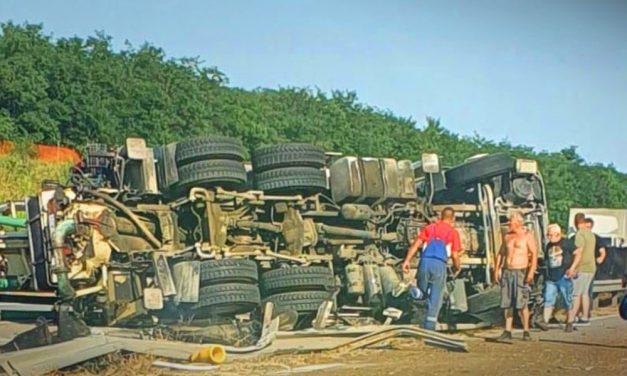 Elválasztó korlátra borult egy kamion az M0-áson: több kilométeres a torlódás mindkét irányban
