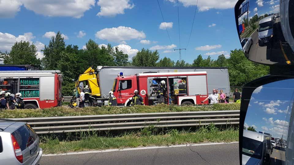 Súlyos kamionbaleset az M1-esen, több kilométeres a sor az autópályán