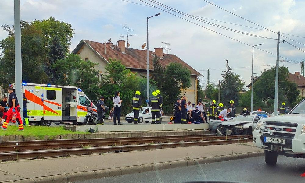 Döbbenetes baleset: Kirepült egy kisgyerek az autóból amikor villanyoszlopnak csapódott a kocsijuk a Hungária körúton