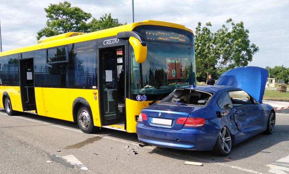 Sport BMW ütközött egy Volánbusszal és teherautóval