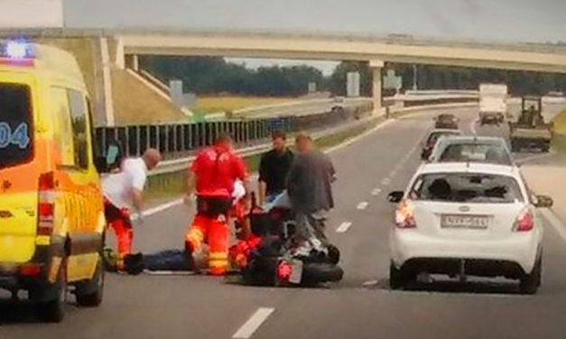 Motoros ütközött egy autóval az M4-esen: nagy a torlódás
