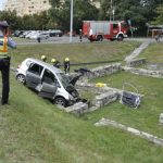 Begurult egy autó a római romok közé: a sofőrt ki kellett menteni a roncsból