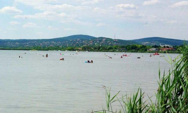 Vízibiciklizés közben tűnt el a budapesti édesapa a Velencei-tóban, most is keresik – a 6 éves kisfia kiúszott a partra