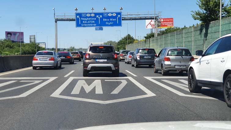 Káosz az M7-esen: Martonvásárig szinte áll a forgalom