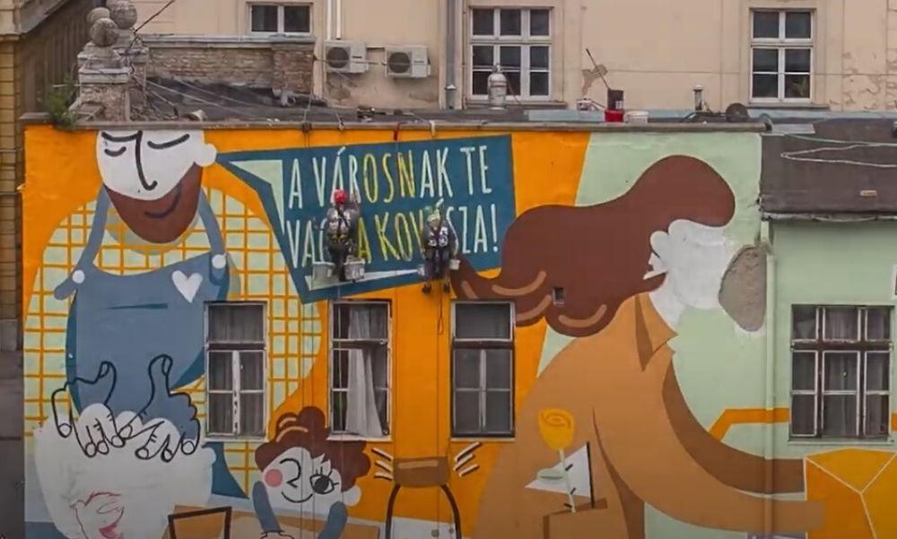 Új falfestmény díszíti a Károly körúton álló tűzoltóság homlokzatát