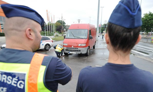 3 embert gázolt el egy járdára felhajtó autó Budapesten