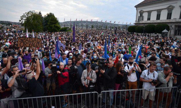 Rengetegen tüntettek a sajtószabadságért és az Indexért a Várban