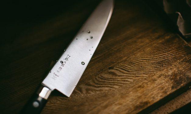Kést szorított egy horgászó férfi torkához – Ez várhat most rá