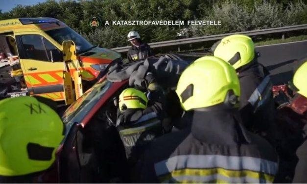 Durva baleset az M5-ösön – Egy nőt feszítővágóval tudtak csak kiszabadítani a roncsból – videó