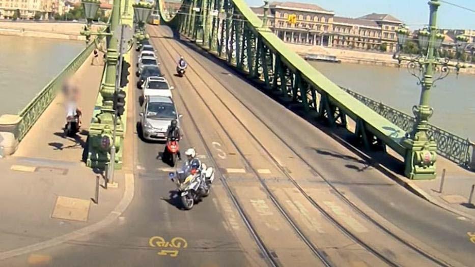 Leugrott vagy leesett egy 20 év körüli fiatal a Szabadság hídról, azonnal szörnyethalt