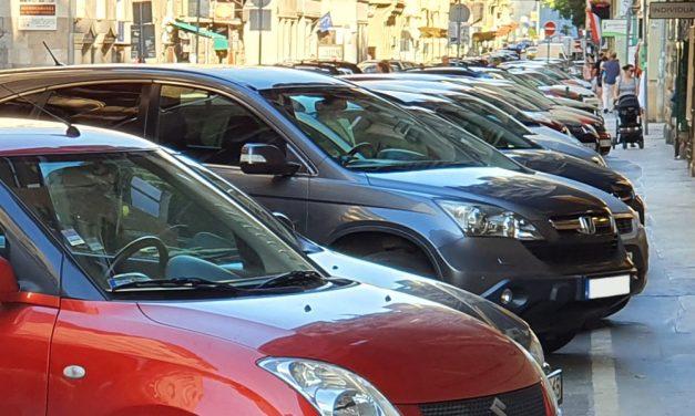 Vége lesz az ingyenes parkolásnak, akár 100 ezer forintba is kerülhet, ha az utcán hagyod az autód