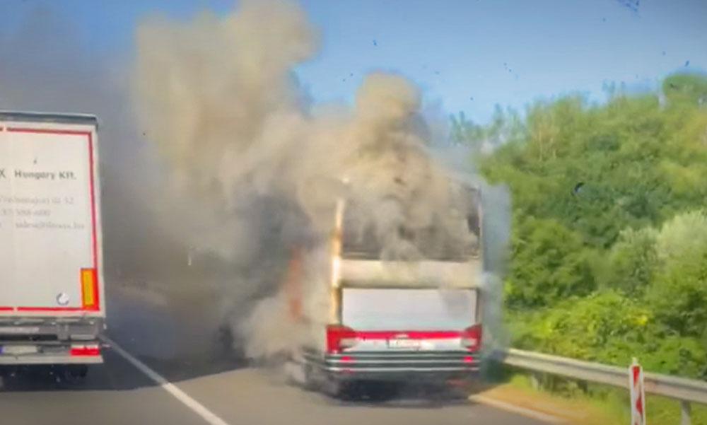 Kigyulladt egy busz az M7-esen, legalább fél órával nő a menetidő