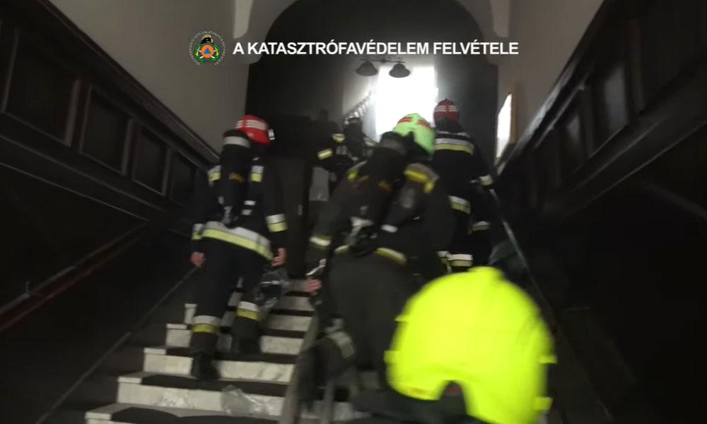 Az égő ház liftjébe ragadt egy férfi Budapesten: a tűzoltók mentették ki