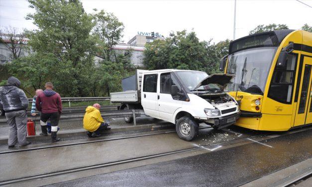 Nagyon furcsa baleset történt egy villamossal és egy teherautóval