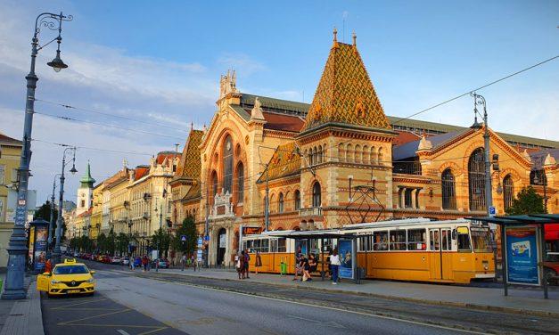 Beszakadt az út Budapesten, nem járnak a villamosok