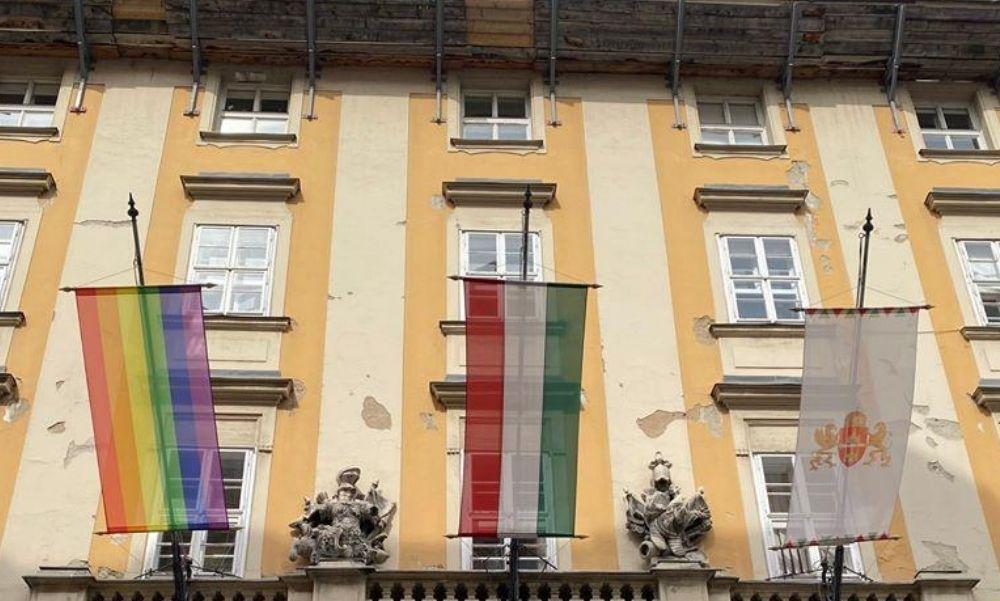 Döbbenetes: Megtaposták és felgyújtották a 9. kerületi városháza szivárványos zászlóját