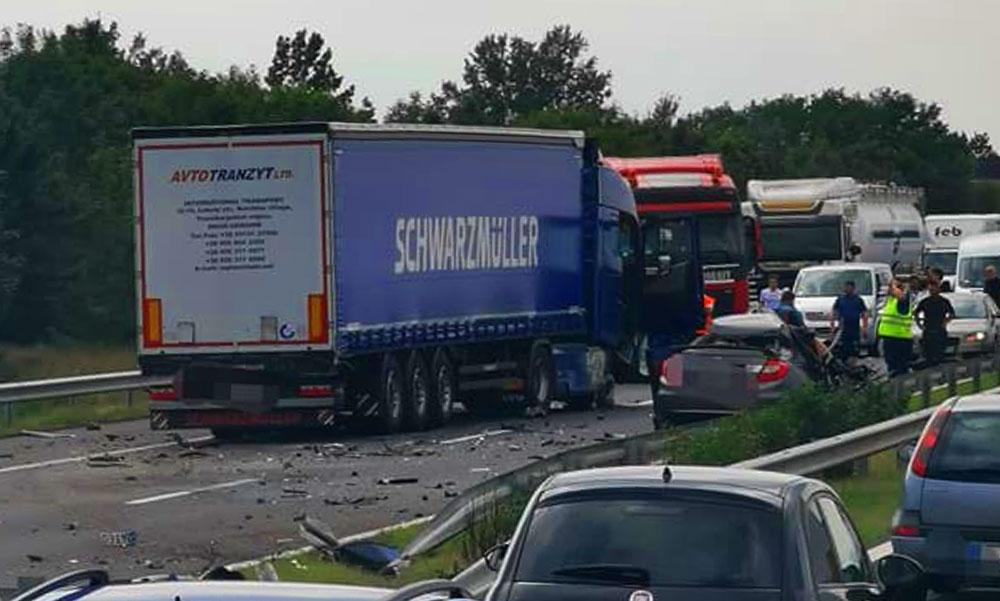 Súlyos baleset az M3-ason, frontálisan ütközött egy kamion egy autóval, teljes a lezárás