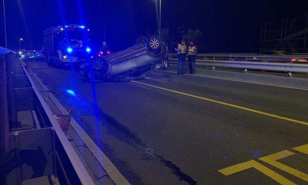 Átrepült a szembe sávba és felborult egy autó Csepelen: a balesetet egy fiatal sofőr okozta