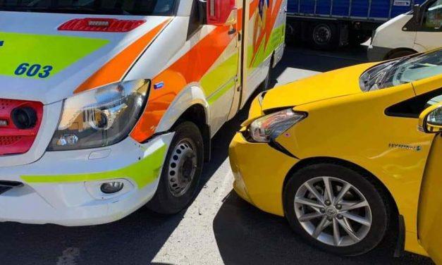 Gyermekmentő és taxi ütközött az Árpád hídnál: az agglomerációban is több baleset történt