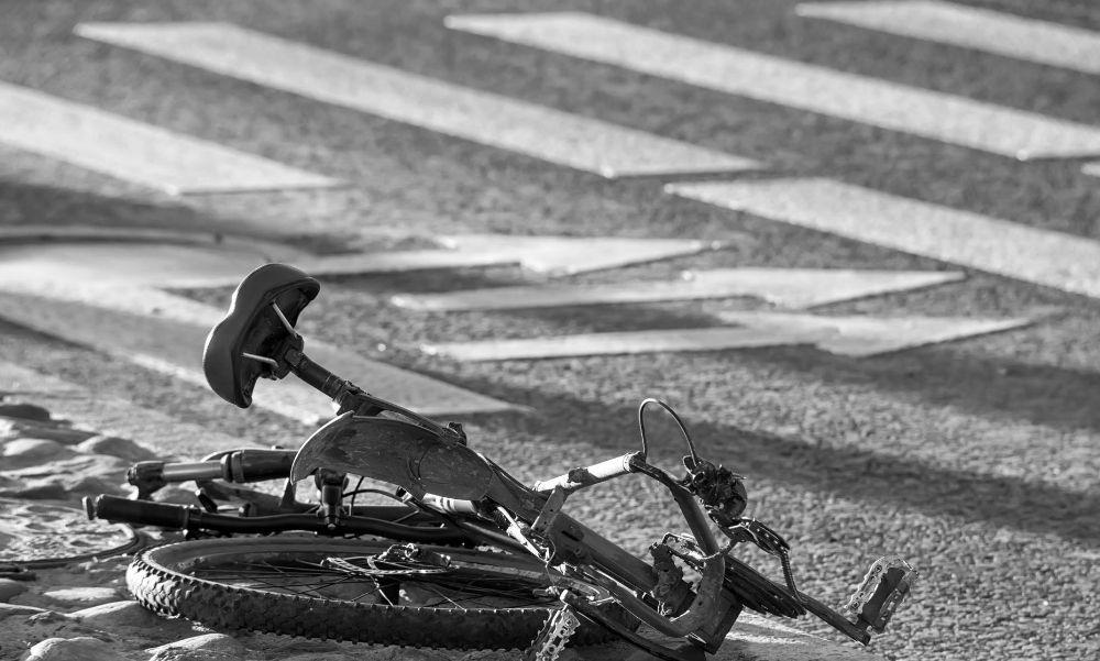 Zebrán gázoltak halálra egy kerékpárját toló nőt: lezárták az 5-ös főútat