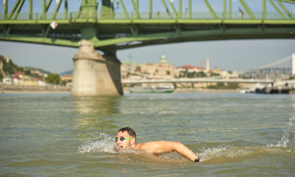 Több százan úszták át a Dunát Budapestnél, teljes hajózási zárlatot rendeltek el