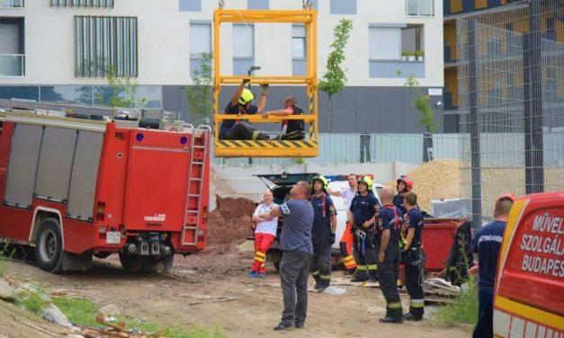 Mentőkosárral hozták le a tűzoltók a darukezelőt: munka közben lett rosszul a férfi