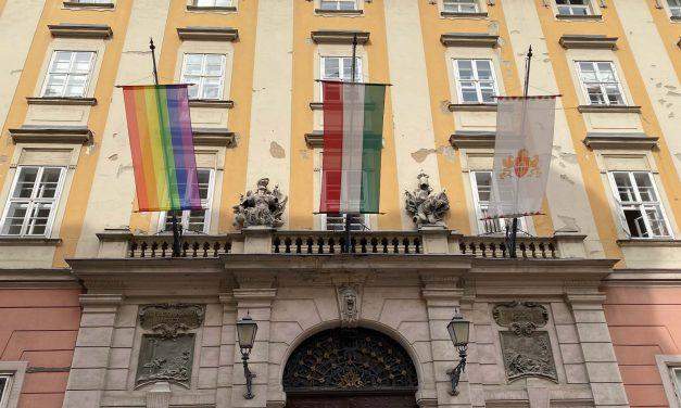 Leszedte, majd kukába dobta Novák Előd a Városháza épületére kitűzött szivárványos zászlót