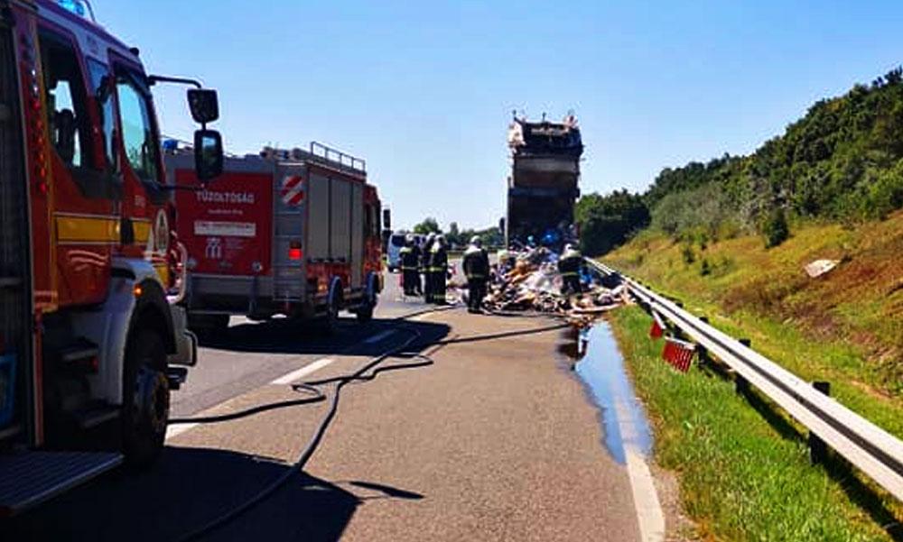 Kigyulladt egy kukásautó az M7-esen, lezárták az autópályát