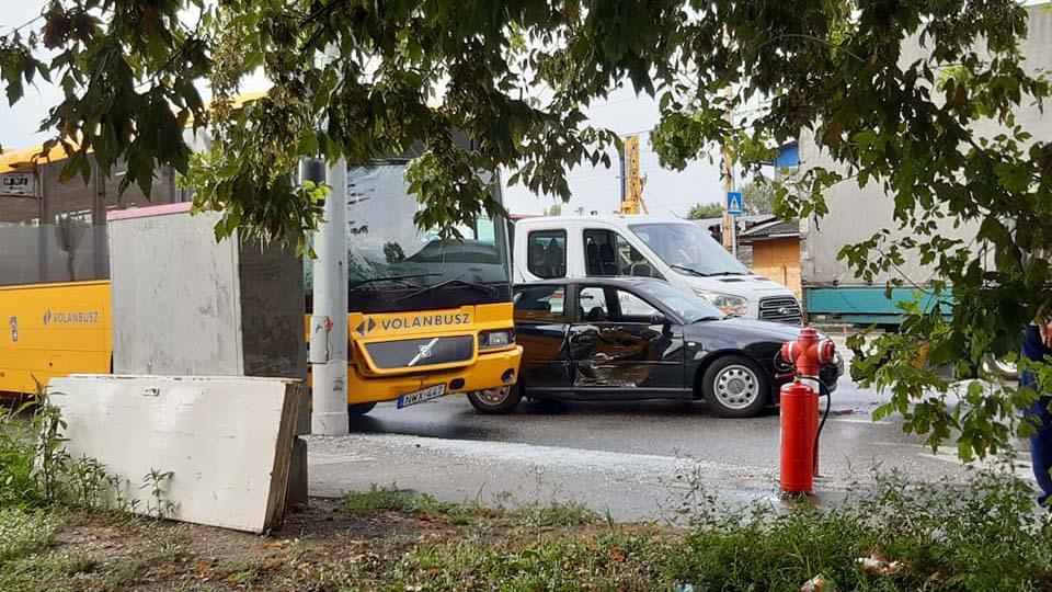 Két buszbaleset is történt Budapesten: egy Volánbusz több autóval ütközött, illetve rosszul lett a metrópótló sofőrje
