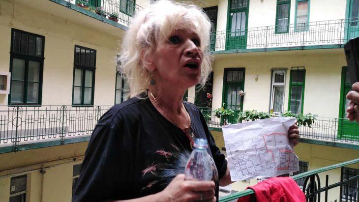 Üvöltözés után nyomozás: A Bíró Ica kilakoltatásánál történtek miatt 5 évet is kaphat a rendőröket bántalmazó nő