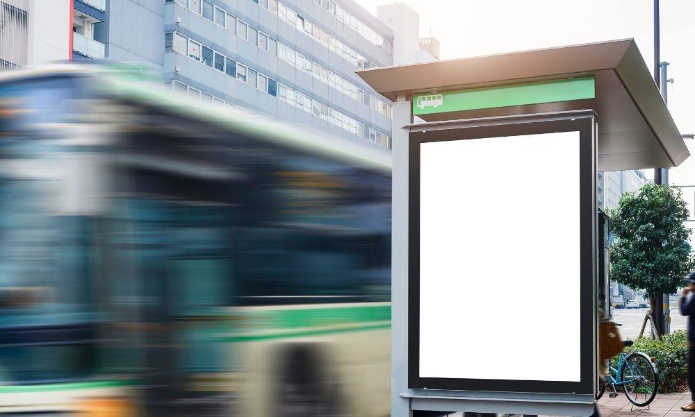 Buszmegállóba csapódott egy kisbusz az agglomerációban, elsodort hat embert – Ketten a helyszínen meghaltak
