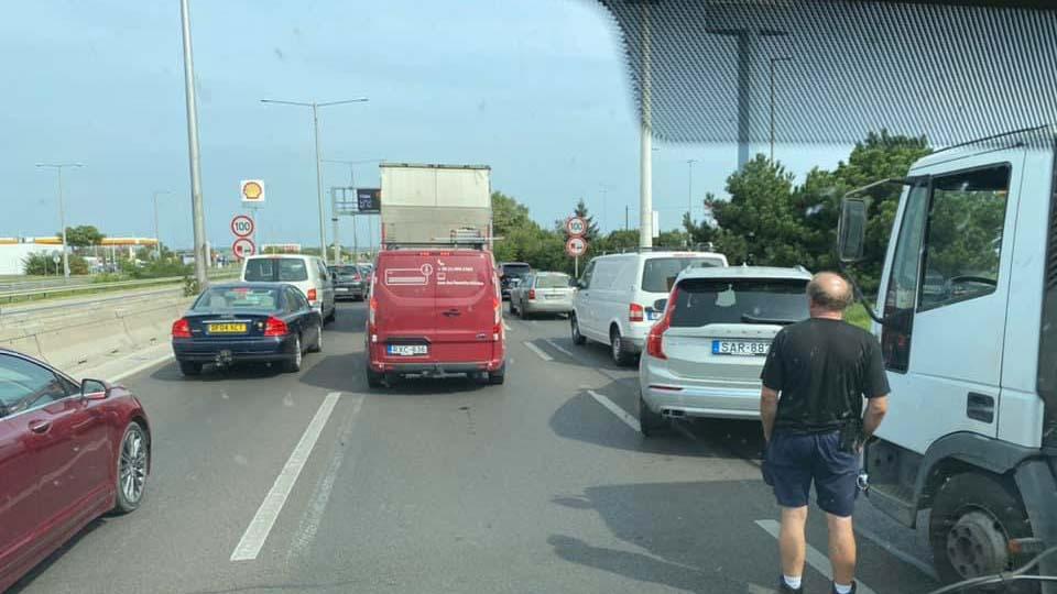 Felborult egy autó az M3-ason: lezárták az autópályát, a kivezető szakaszon áll a forgalom