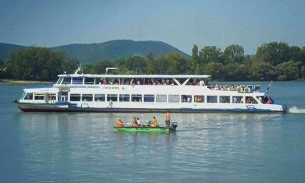 Zátonyra futott egy hajó a Dunakanyarban, sok utas került bajba