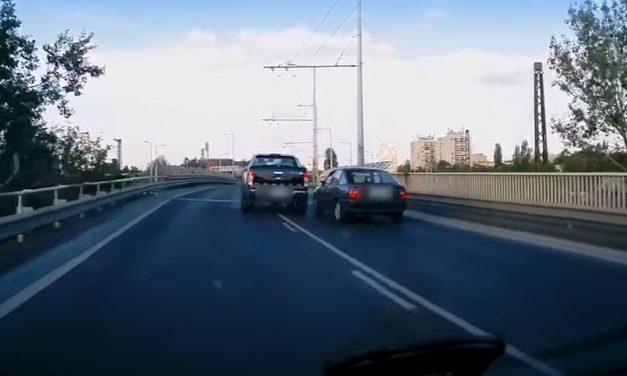 Az idióta autós leszorította, majd nekiment egy másik autónak az M3-as kivezetőn
