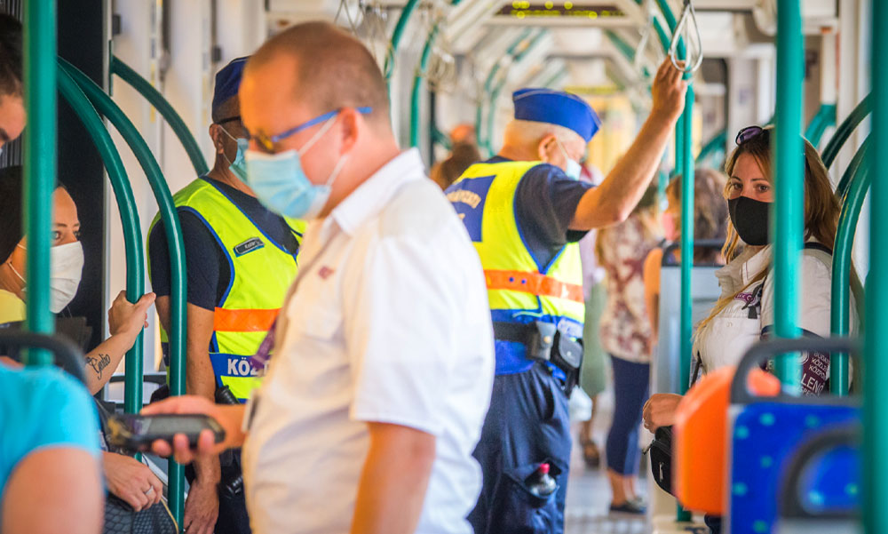 A BKK felmérése szerint a budapestiek fegyelmezetten hordják a maszkot a járatokon