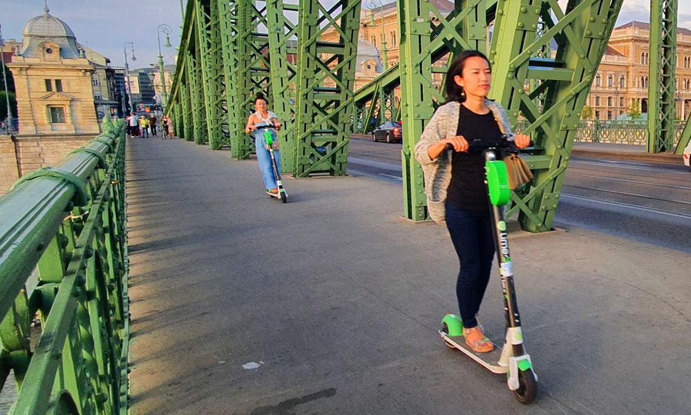Teljes káosz a rollerek szabályozása, 100 ezer forintos bírságot kapott egy elektromos rolleres a belvárosban