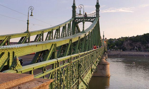 Dunába ugrott egy férfi a Szabadság hídról: egy másik férfit az édesanyja beszélte le hasonló tervéről