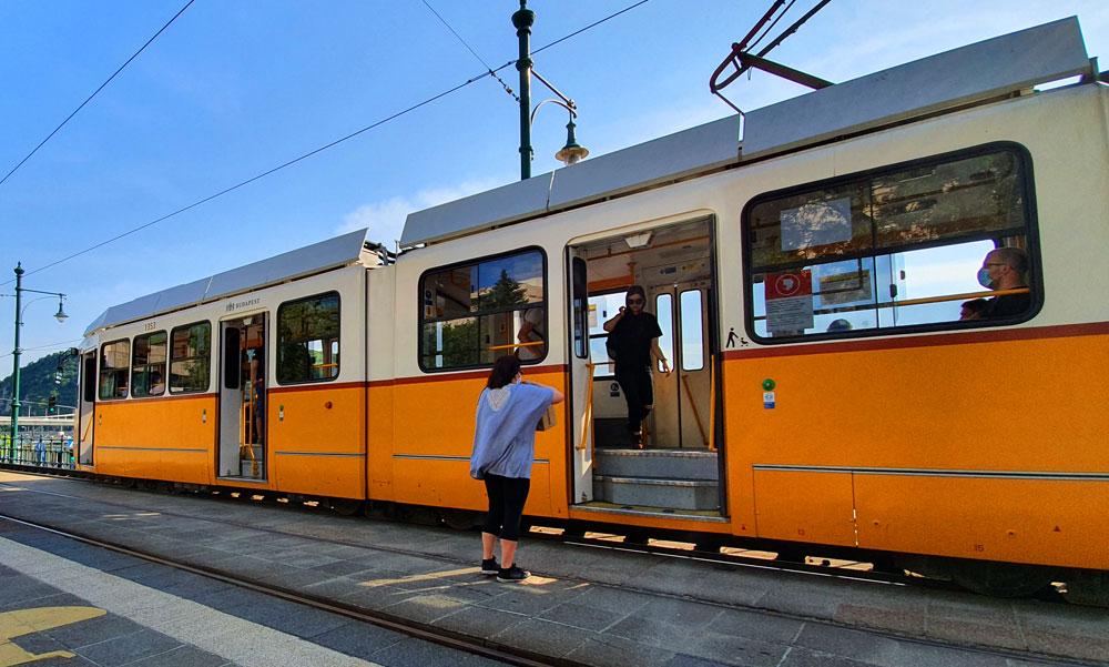 Hármasikrek támadtak az utasokra Kispesten, az egyik nő füléből kitépték a fülhallgatót