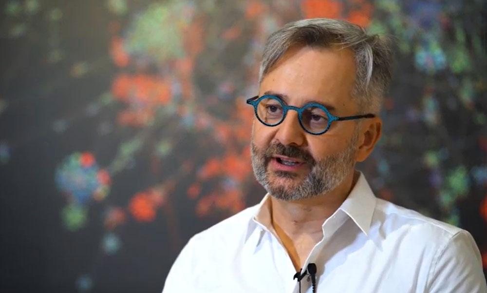 Oltásháború és a koronavírus-járvány vége: A világhíres magyar hálózatkutató tavasszal pontosan megjósolta mi fog történni, most megmondta mikor lesz vége a járványnak