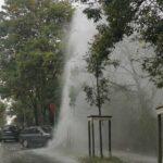 Szökőkút a 2. kerületi Hűvösvölgyi úton egy baleset miatt, felborult egy autó Tállyánál