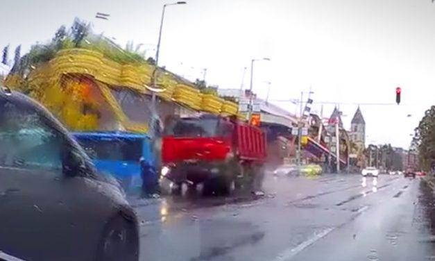 Ledarálta a teherautó a motorost a Váci úton, döbbenetes felvétel készült a balesetről