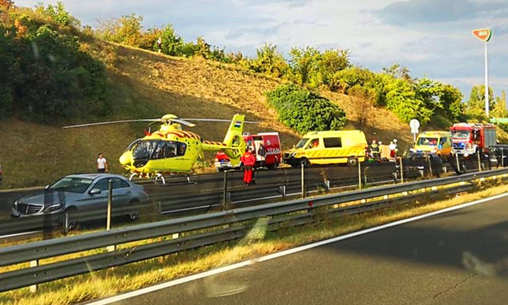 Súlyos baleset az M7-esen, lezárták az autópályát, mentőhelikopter a helyszínen