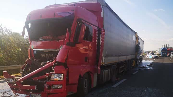 Súlyos kamionbaleset az M0 autóúton, 10 kilométeres a torlódás