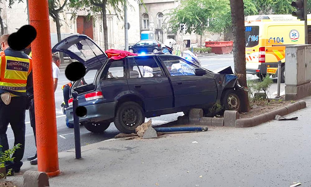 Autós üldözésről beszélnek Budapesten, egy Üllői úti fa állította meg a menekülő autóst
