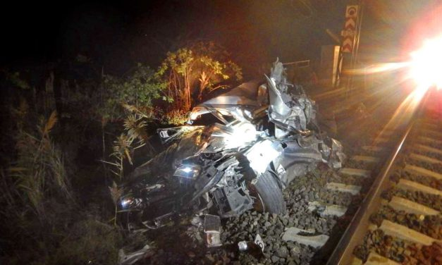 Ledarálta a vonat az autót, valóságos csoda, hogy az utolsó pillanatban ki tudott ugrani a sofőr