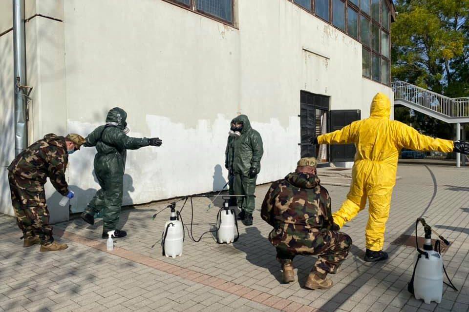 Katonák bevetésével zajlanak az iskolákban és az idősotthonokban a fertőtlenítő nagytakarítások