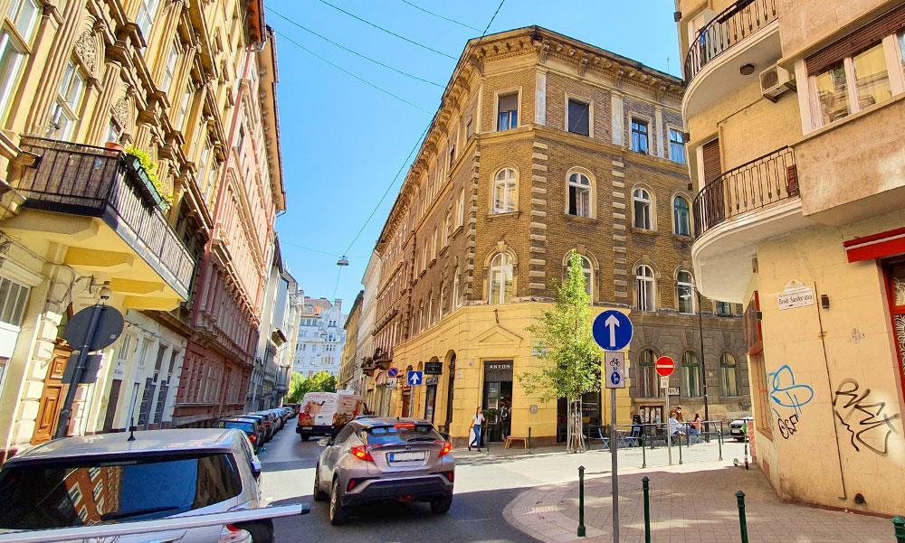 Úgy veszik a vietnámiak és a kínaiak a budapesti a lakásokat, mint a cukrot