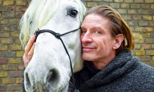 """""""Tenya őrjöngve ütötte a lovászt, aki csak állta a pofonokat"""" – megszólalt annak a lovásznak a barátja, akinek állítólag nekiesett Pintér Tibor"""